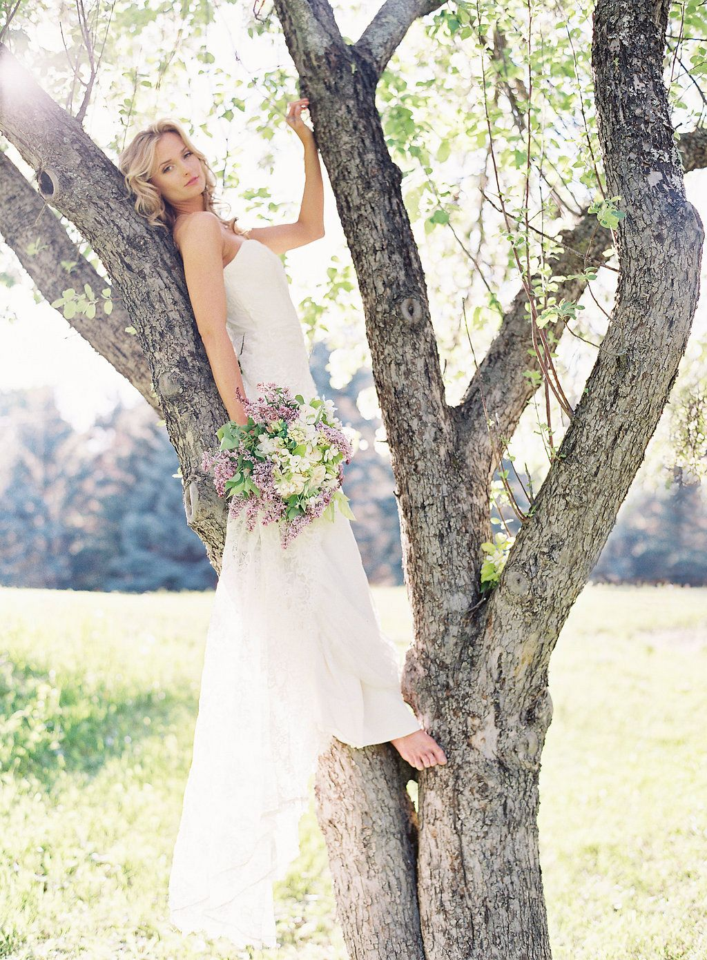 Pale lilac tones for a spring bridal bouquet