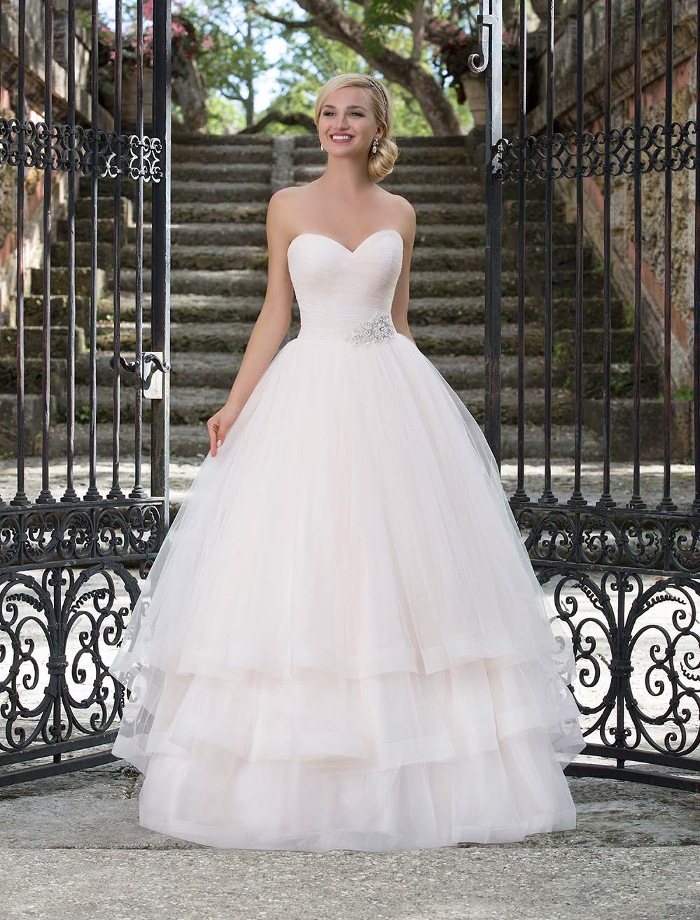10 Glamorous Tiered Wedding Dresses For Dramatic Girls Plus Size